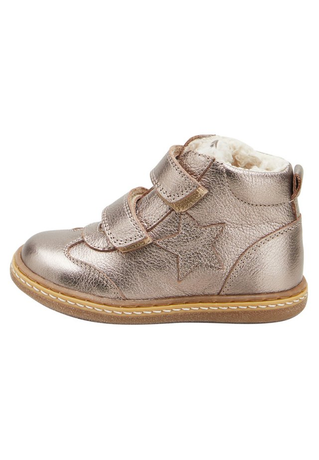PEWTER TOUCH FASTENING STAR BOOTS (YOUNGER) - Lära-gå-skor - silver