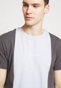 CLOSURE London - VERTICAL CUT SEW TEE - Print T-shirt - grey - 4
