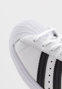 adidas Originals - SUPERSTAR - Sneakers laag - footwear white/core black - 2