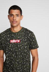 Levi's® - GRAPHIC NECK 2 - Print T-shirt - boxtab camo - 4