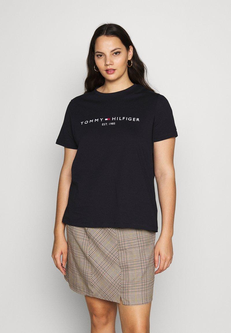 Tommy Hilfiger Curve - REGULAR TEE - Print T-shirt - desert sky