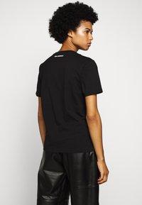 KARL LAGERFELD - LEGEND - T-shirt z nadrukiem - black - 2