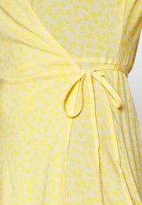 Moss Copenhagen - ISALIE TURID WRAP DRESS - Denní šaty - panana - 5