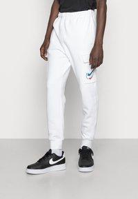 Nike Sportswear - CARGO PANT - Pantaloni sportivi - white - 0