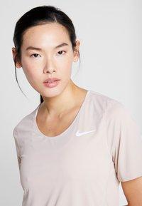 Nike Performance - W NK CITY SLEEK TOP SS - T-shirts med print - fossil stone - 3