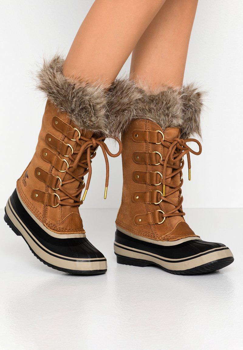 Sorel - JOAN OF ARCTIC - Zimní obuv - camel brown/black