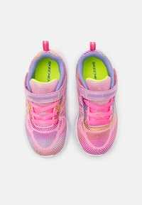 Skechers Performance - GO RUN 600 SHIMMER SPEEDER UNISEX - Chaussures de running neutres - light pink/multicolor - 3