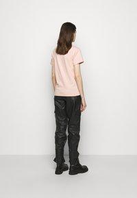 Holzweiler - SUZANA TEE - Print T-shirt - washed pink - 2