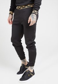 SIKSILK - FITTED CUFFED CHAIN PANT - Pantalon de survêtement - black/gold