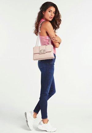 EMILIA LOGO PIVOINE - Across body bag - rose