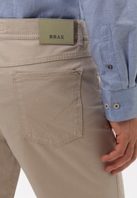 BRAX - STYLE COOPER FANCY - Pantalon classique - beige - 4