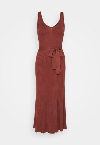 COLETTE - Pletené šaty - rust