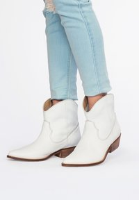 Eva Lopez - Cowboy/biker ankle boot - blanco - 3