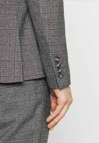 Isaac Dewhirst - CHECK DOUBLE BREASTED SUIT - Oblek - grey - 6