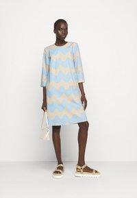 Marimekko - CLASSICS HAVAITTU PIKKU LOKKI DRESS - Day dress - blue/sand - 1