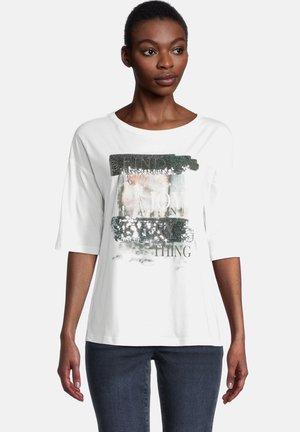 MIT PAILLETTEN - Print T-shirt - cream/silver