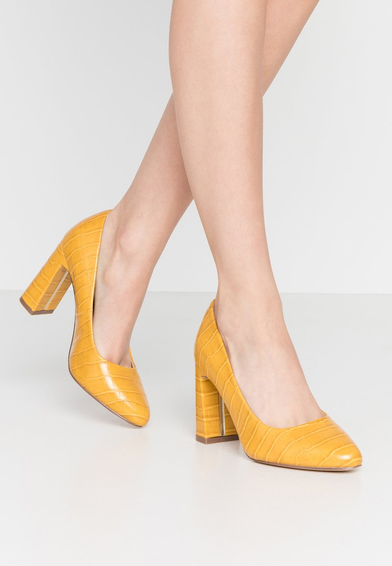 Dorothy Perkins Wide Fit - WIDE FIT DIANA ROUND TOE METAIL BLOCK - Escarpins à talons hauts - yellow