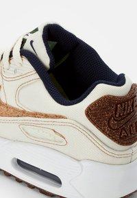 Nike Sportswear - AIR MAX 90 SE UNISEX - Tenisky - coconut milk/wheat-obsidian-white - 5