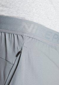 Nike Performance - FLEX VENT MAX SHORT - Pantalón corto de deporte - smoke grey/black - 3