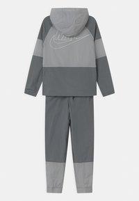 Nike Sportswear - SET UNISEX - Sportovní bunda - smoke grey/white - 1