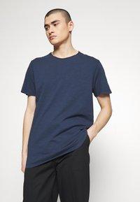 Jack & Jones PREMIUM - JJEASHER TEE O-NECK NOOS - Basic T-shirt - navy - 0