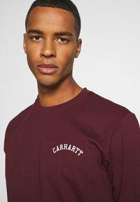 Carhartt WIP - UNIVERSITY SCRIPT  - Basic T-shirt - bordeaux/white - 4