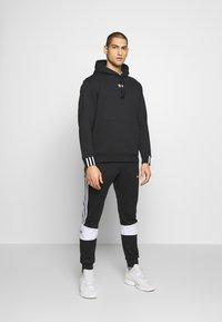 adidas Originals - R.Y.V. MODERN SNEAKERHEAD HODDIE SWEAT - Bluza z kapturem - black - 1