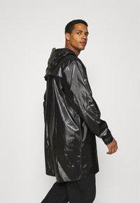 Rains - LONG JACKET UNISEX - Vodotěsná bunda - shiny black - 3