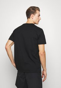 GAP - BAS ARCH - T-shirt z nadrukiem - true black - 2