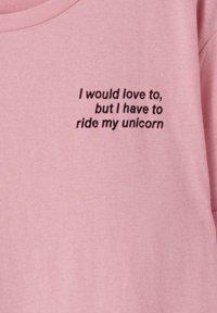 PULL&BEAR - KONTRASTIERENDEM SLOGAN - Print T-shirt - rose - 3