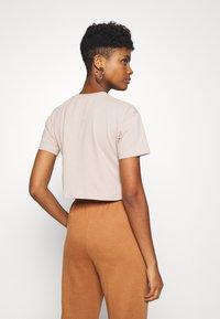 SIKSILK - RETRO BOX FIT CROP TEE - Print T-shirt - beige - 2