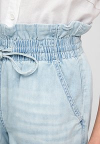 QS by s.Oliver - REGULAR FIT - Jeansshort - light blue - 5