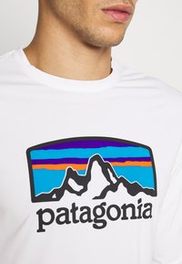 Patagonia - COOL DAILY GRAPHIC - T-shirt à manches longues - white - 5