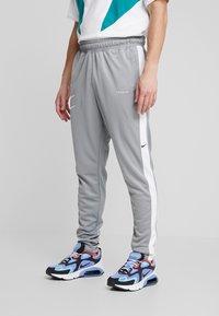 Nike Sportswear - Verryttelyhousut - particle grey/white/black - 0