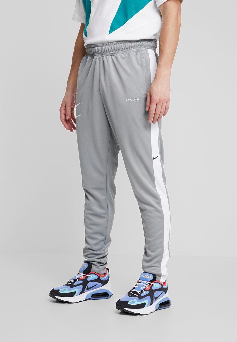Nike Sportswear - Verryttelyhousut - particle grey/white/black
