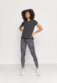 Under Armour - ISO CHILL RUN  - T-shirts med print - jet gray - 1