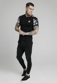 SIKSILK - T-shirt med print - black - 4