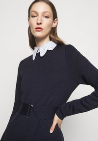 Victoria Beckham - BELTED  - Pletené šaty - navy/black - 4