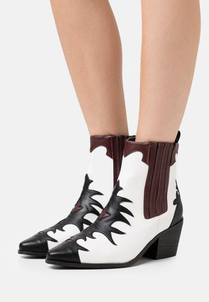 WIDE FIT EVITA - Cowboy/biker ankle boot - black/white/bordo
