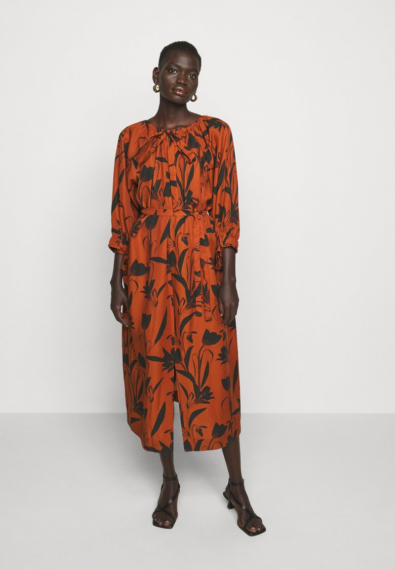Mother of Pearl - RAGLAN SLEEVE DRESS WITH GATHERED NECK & CUFFS - Denní šaty - botanical rust