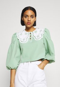 Sister Jane - TOURNAMENT COLLAR CROPPED BLOUSE - Blouse - green - 0