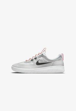 SKATEBOARDSKO NYJAH FREE - Sneakers laag - neutral grey/white/bright crimson/black