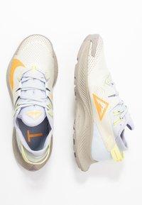 Nike Performance - PEGASUS TRAIL 2 - Běžecké boty do terénu - pure platinum/laser orange/fossil - 1