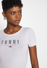Tommy Jeans - ESSENTIAL LOGO TEE - Print T-shirt - white - 3