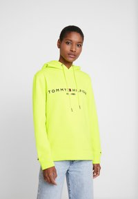 Tommy Hilfiger - HOODIE - Jersey con capucha - hyper yellow - 0