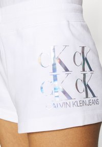 Calvin Klein Jeans - SHINE LOGO SHORT - Shorts - bright white - 3