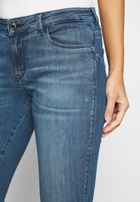 Guess - CURVE X - Jeans Skinny Fit - dry mid - 6