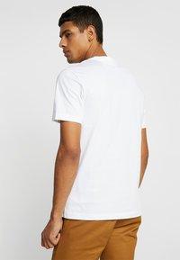 Calvin Klein - V-NECK CHEST LOGO - T-shirt - bas - white - 2