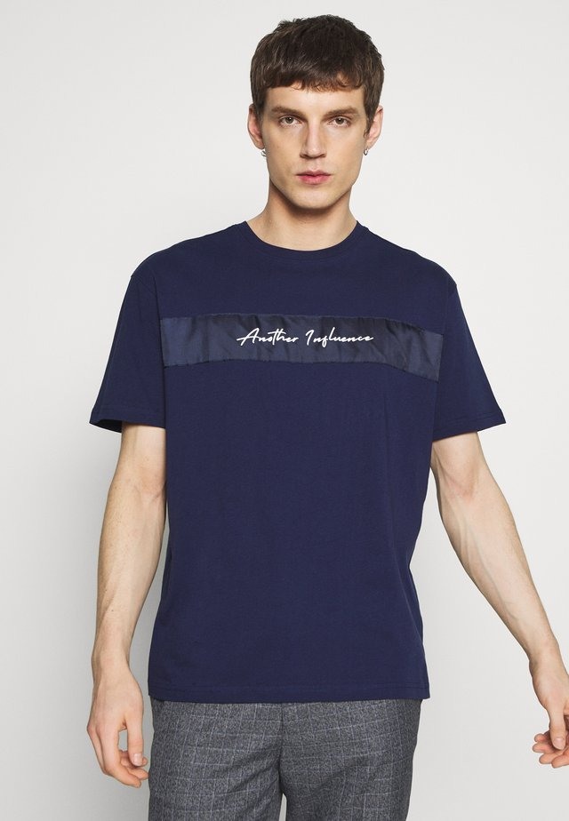 OVERSIZED SIGNATURE  - T-shirt imprimé - navy