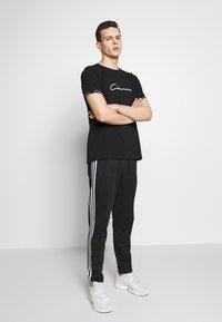 CLOSURE London - SCRIPT HIDDEN BAND TEE - Print T-shirt - black - 1